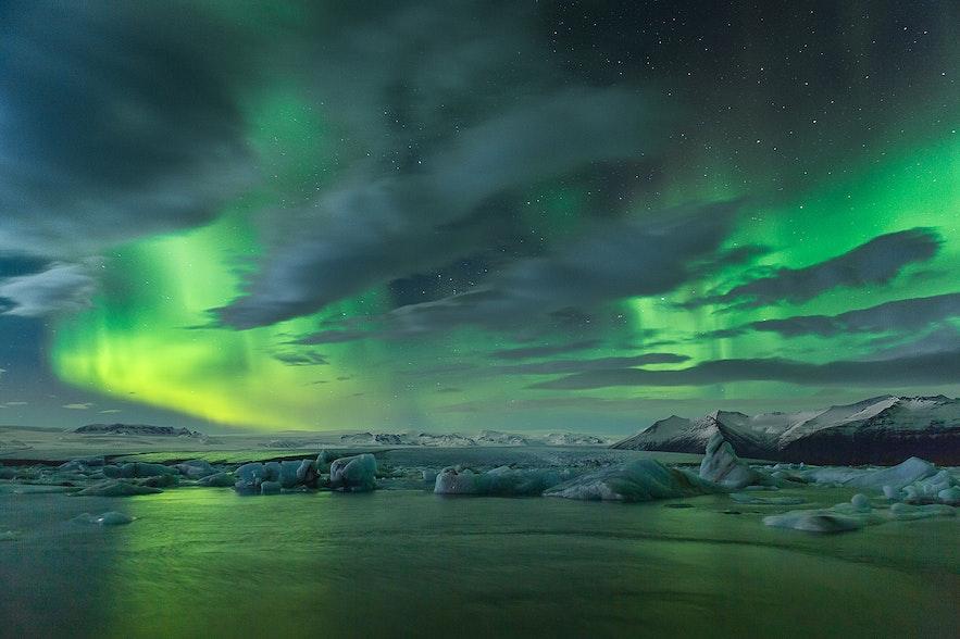 北極光穿透雲層的照片