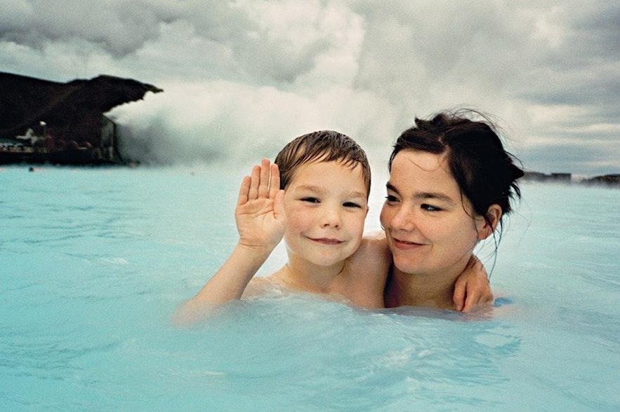Björk og hendes søn i Den Blå Lagune i Island. Billede af Jürgen Teller