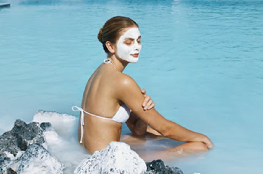 Het Blue Lagoon-moddermasker maakt deel uit van de huidbehandeling