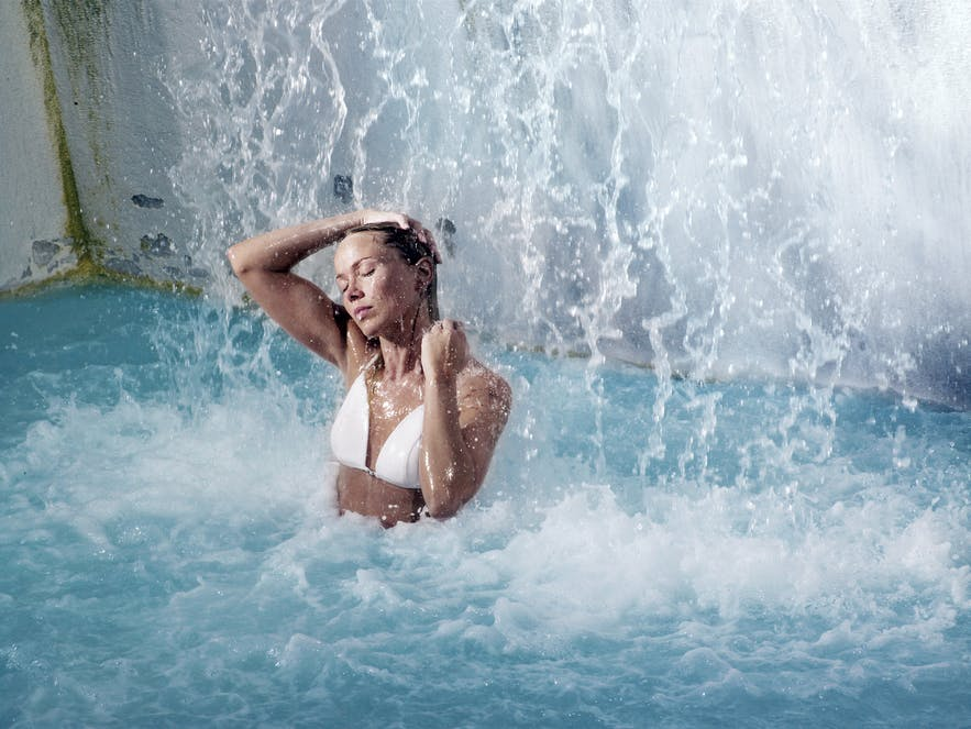 蓝湖温泉的瀑布水流很适合放松肩颈肌肉