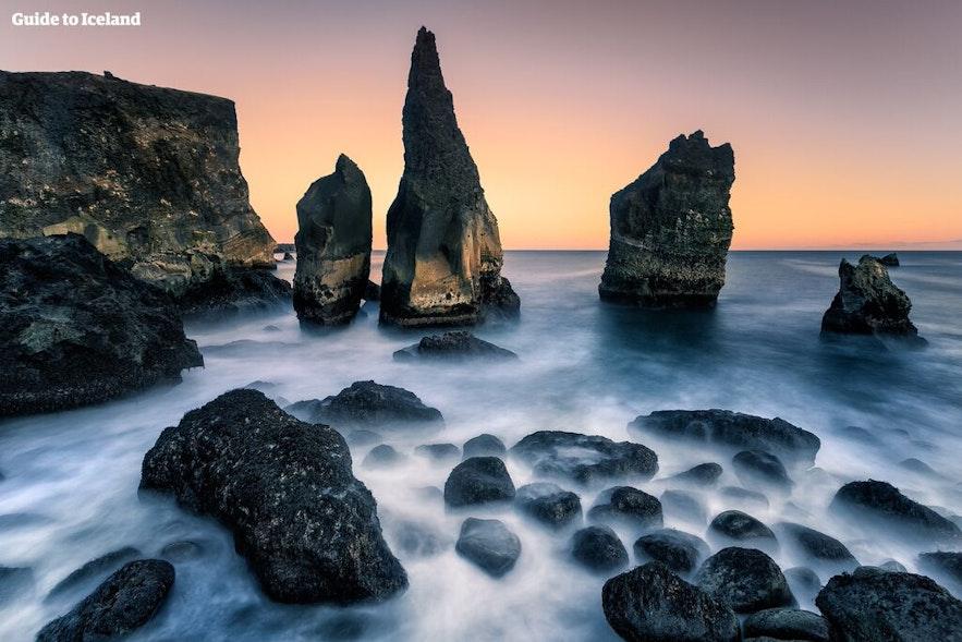 Скалы на побережье полуострова Рейкьянес в Исландии.