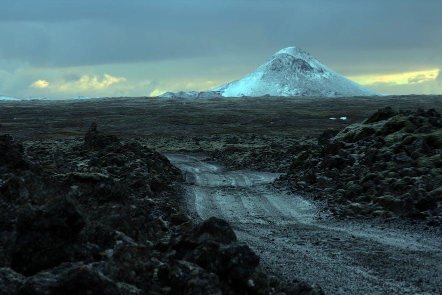 ภูเขาเคลิร์ ที่มีรูปร่างเป็นกรวยที่เรคยาเนสส์ ในประเทศไอซ์แลนด์