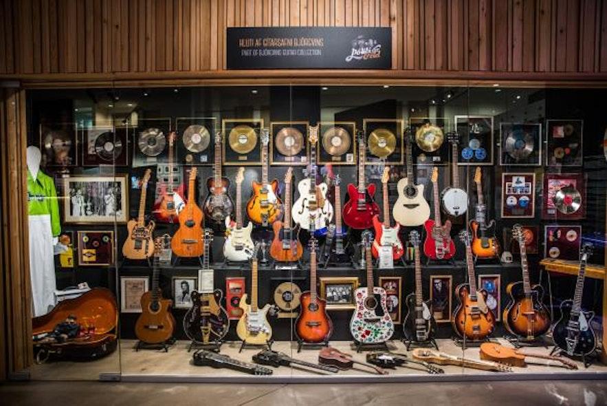 Eine Auswahl an Gitarren, die der isländischen Rocklegende Björgvin Halldórsson gehören