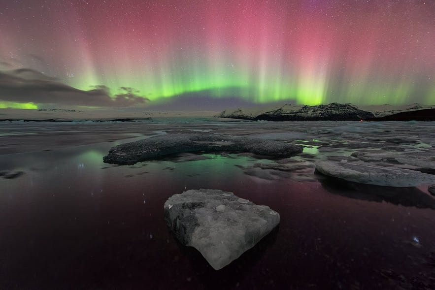 Grüne und pinke Nordlichter über Jökulsárlón