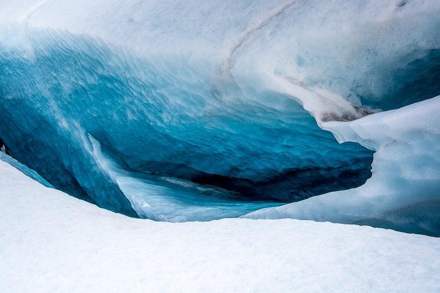 น้ำแข็งกลายเป็นสีน้ำเงินเข้มในหน้าหนาว