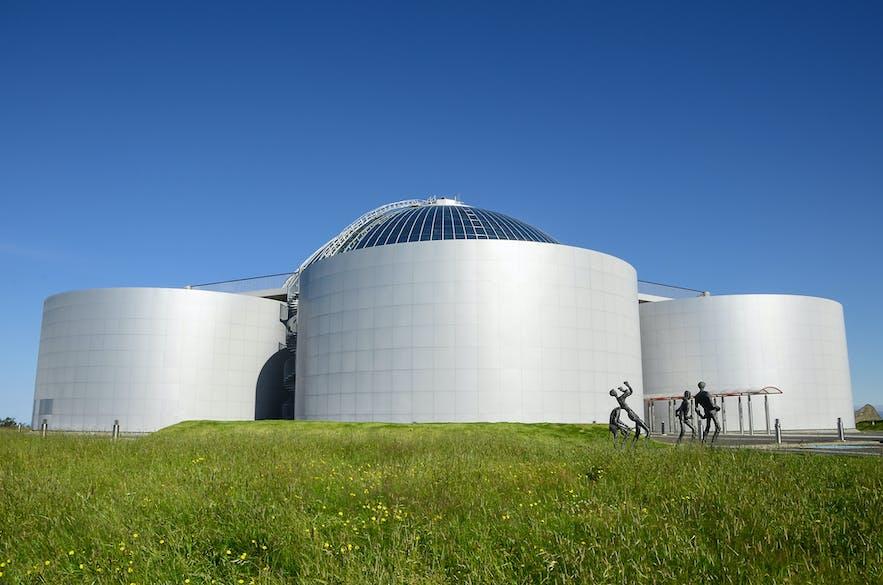 Das bekannte Gebäude Perlan in Reykjavík