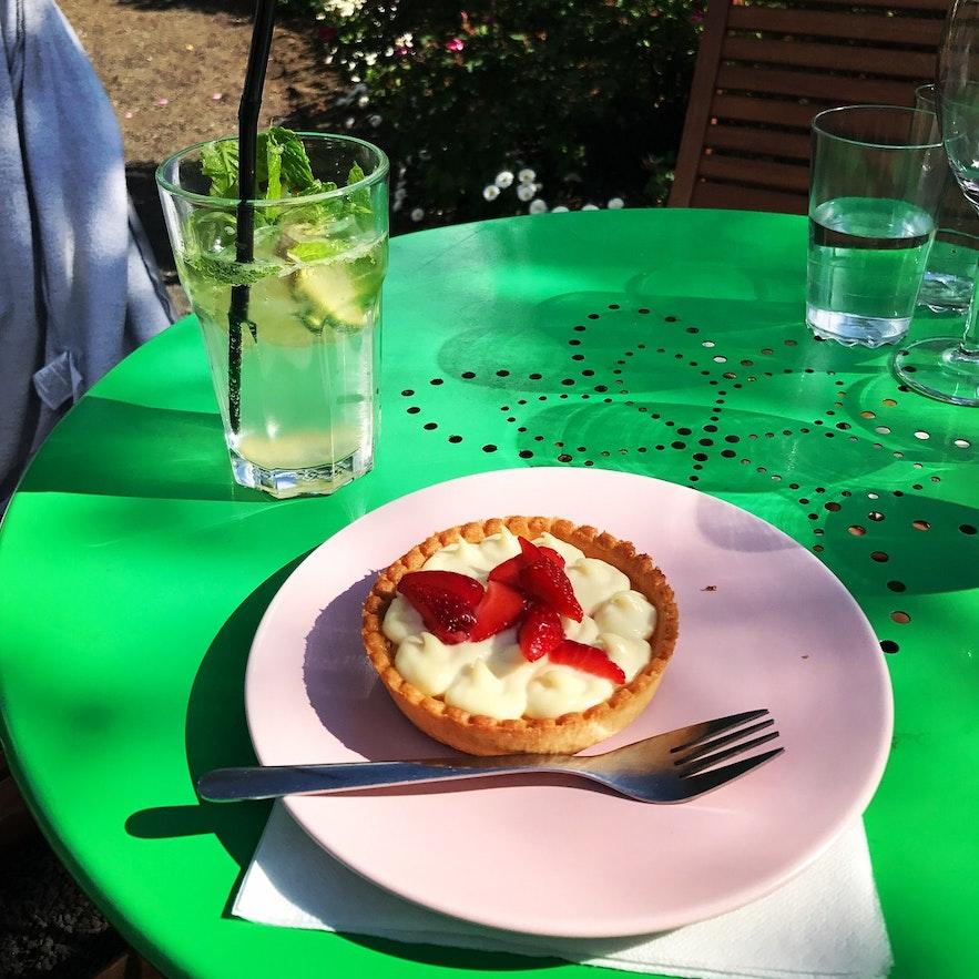 Mhhh... Erdbeertörtchen im Café Flóran
