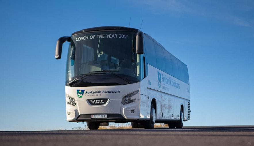 ケプラビーク空港を出発するバス