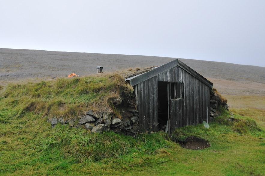 Laugarvellir地区一所被一起的百年老房