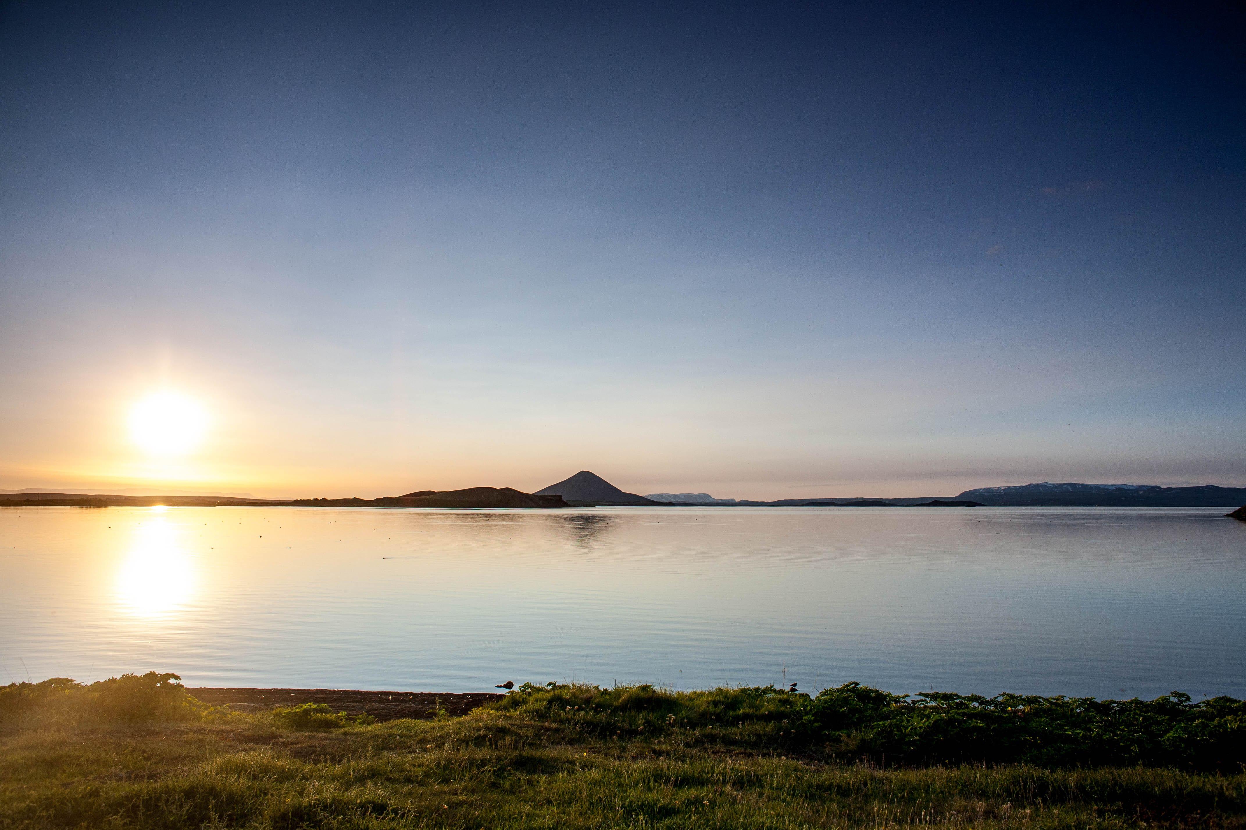 Der Mývatn-See ist für seine reiche Flora und Fauna bekannt und an ruhigen Sommertagen atemberaubend.