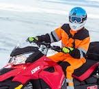 Schneemobilfahren auf einem Gletscher kombiniert Abenteuer und Sightseeing in Island.