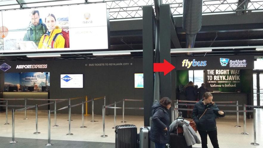 到着ホールのすぐ反対側にあるReykjavik Excursions社のサービスデスク