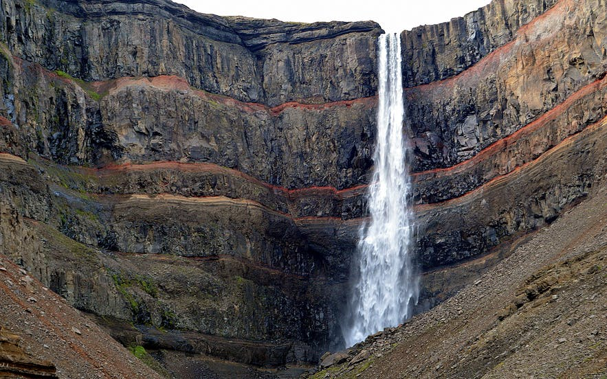 Hengifoss' distinctive features are not only the length of the cascade, but also the cliff wall over which it falls.