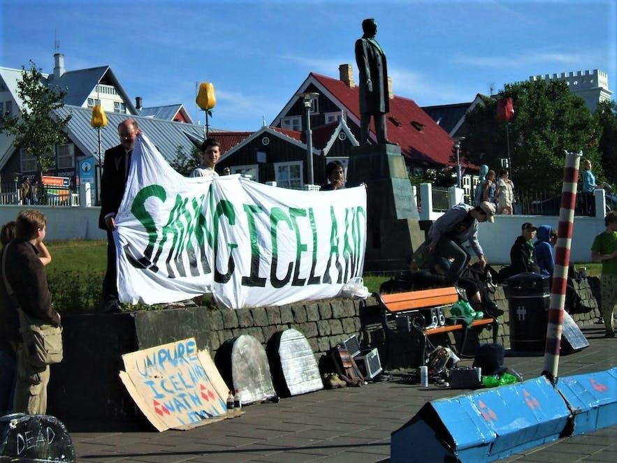 Protests at Lækjargata in dowtown Reykjavík in 2007