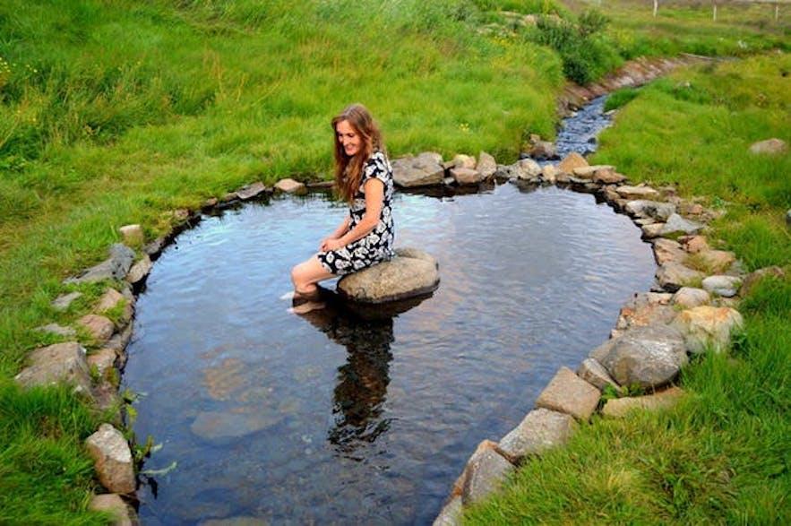 Direkt neben Gvendarlaug befindet sich ein heißes Becken, in dem du deine Füße baden kannst
