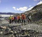 Devi fare una breve passeggiata su un campo di lava per raggiungere la lingua del ghiacciaio Sólheimajökull.