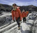 ドラマチックなソゥルヘイマヨークル氷河の氷の尾根を歩く