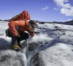 빙하가 녹아 흘러내리며 빙하수 강을 만들고 있습니다. 검은 색은 화산 폭발로 화산모래가 뒤덮어 만들어진 것으로 더러운 먼지가 아닙니다.