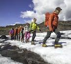 가이드의 안내에 따라 솔헤이마요쿨 빙하를 탐험하는 여행객들