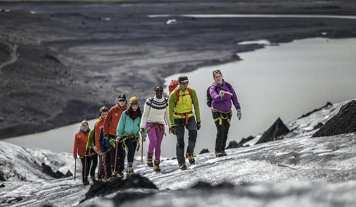 Vous allez découvrir que le glacier Sólheimajökull est recouvert de cendre volcanique