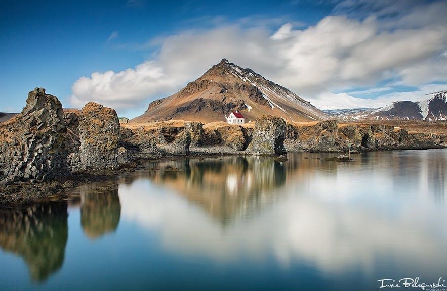 Arnarstapi und der Berg Stapafell auf der Snæfellsnes-Halbinsel in Island