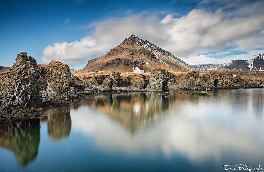 Arnarstapi i Góra Stapafell na półwyspie Snæfellsnes na Islandii.