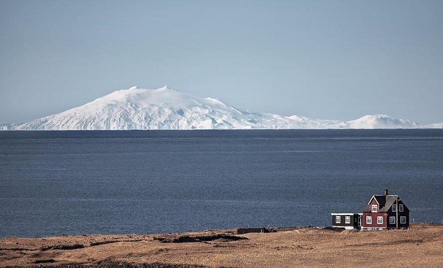 見事な稜線を持つスナイフェルス火山・氷河