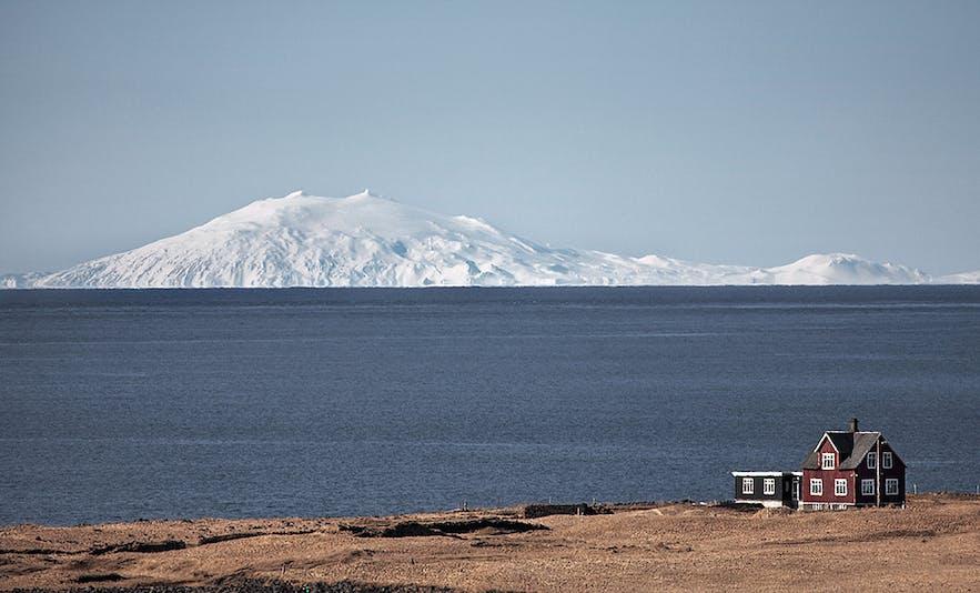 화산 위를 덮은 스나이펠스요쿨 빙하, 레이캬비크에서도 보입니다