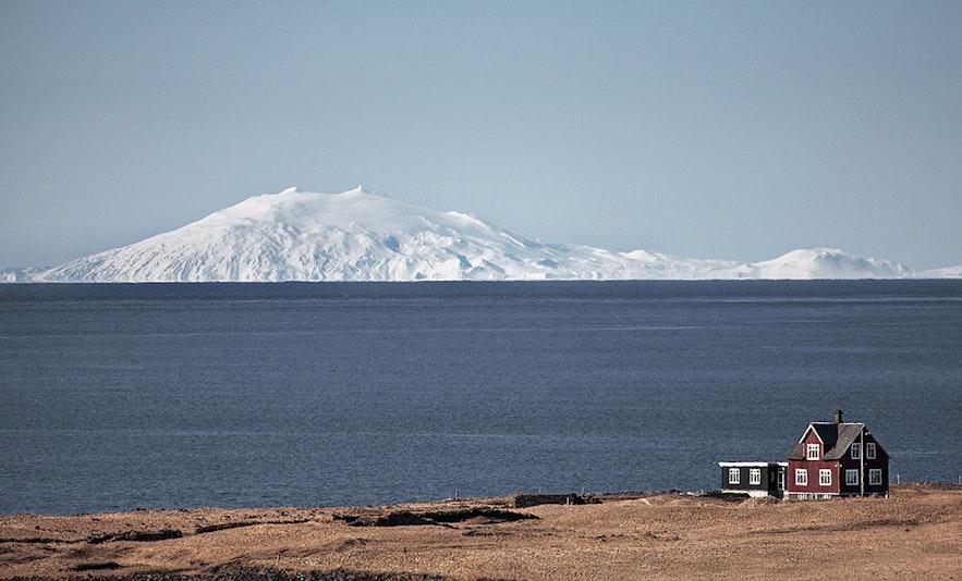 Lodowiec Snæfellsjökull znajduje się na szczycie wulkanu i jest widoczny z Reykjavíku.