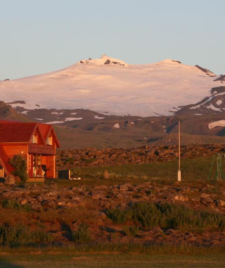 Ein Ferienhaus in Island vor der Kulisse des Snaefellsjökull
