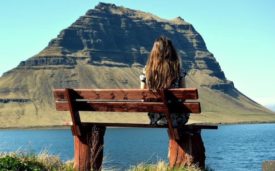 Blick auf den Berg Kirkjufell von der Stadt Grundarfjörður auf der Snæfellsnes-Halbinsel