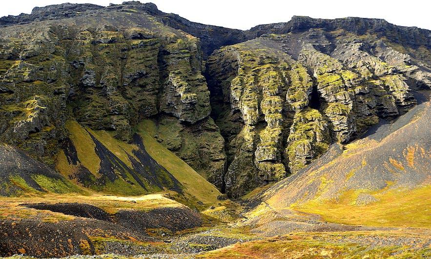 崖の下、地中まで亀裂の入ったロイズフェルスギャウ