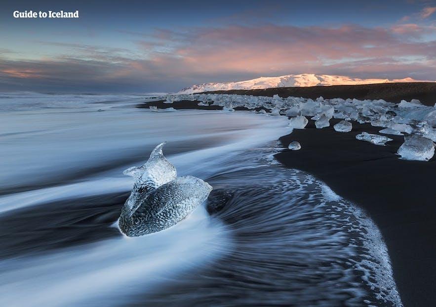 冰岛杰古沙龙冰河湖对面的钻石冰沙滩