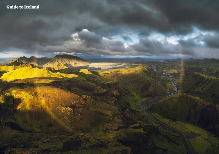 在屋顶峡谷Þakgil可以看到美丽的圆形彩虹