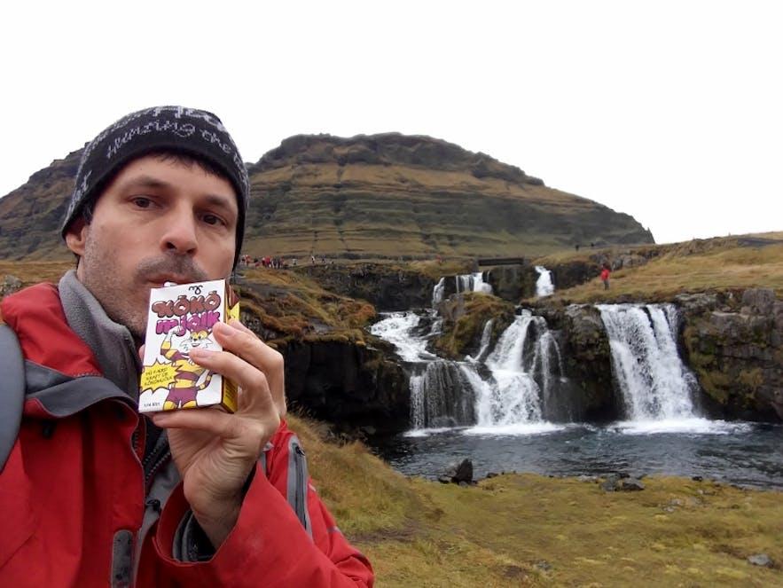 Þú færð kraft úr kókómjólk @ Kirkjufellsfoss © Cédric H. Roserens