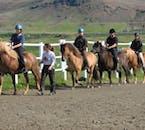 Cette randonnée à cheval permettra aux novices de se promener autour d'un enclos pour s'habituer à leur cheval.
