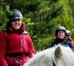 На конной прогулке вы познакомитесь с геотермальными районами долины Рейкьядалюр.
