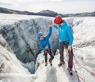 レイキャビク発 超少人数制の氷河ハイキングとアイスクライミング体験
