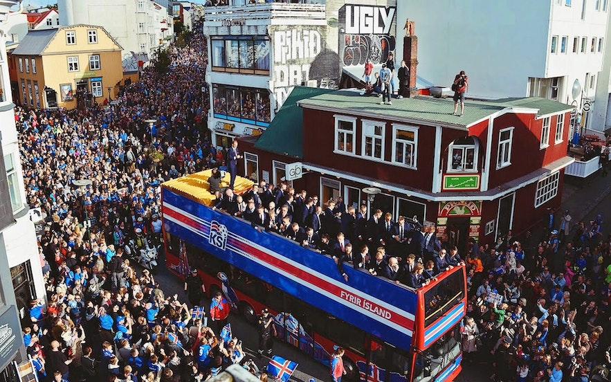 萬人迎接冰島足球隊回國