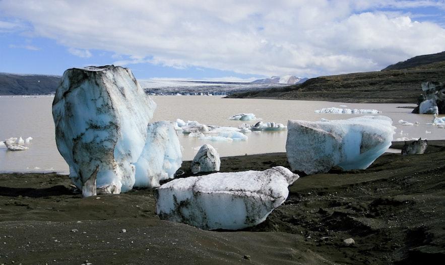 Linia brzegowa Grænalón jest pełna odłamków lodu.