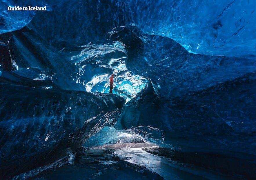 青い氷に覆われた洞窟
