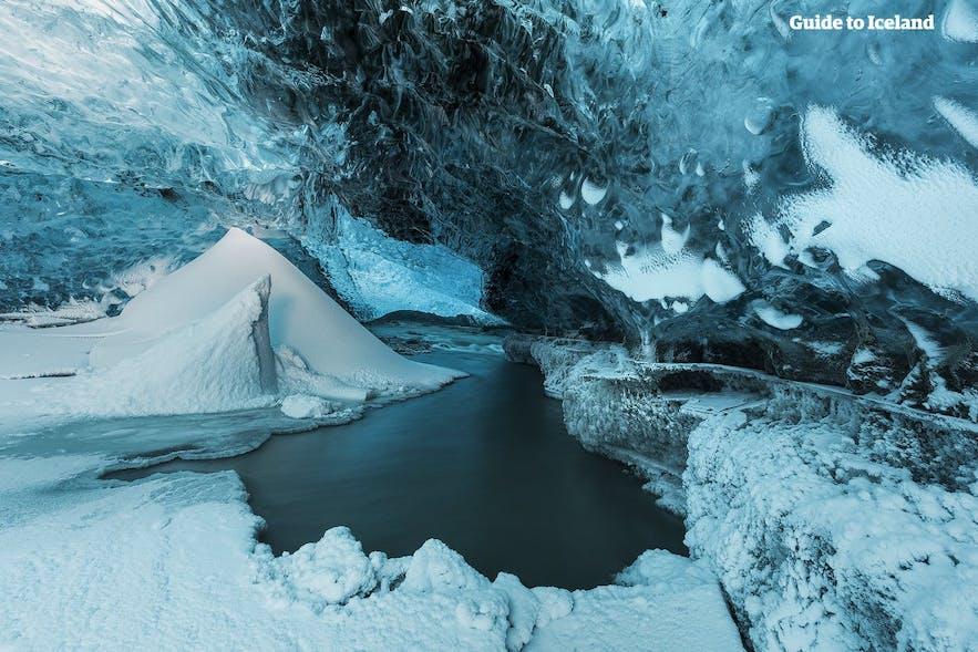 A l'intérieur d'une grotte de glace sous le glacier Vatnajokull en Islande