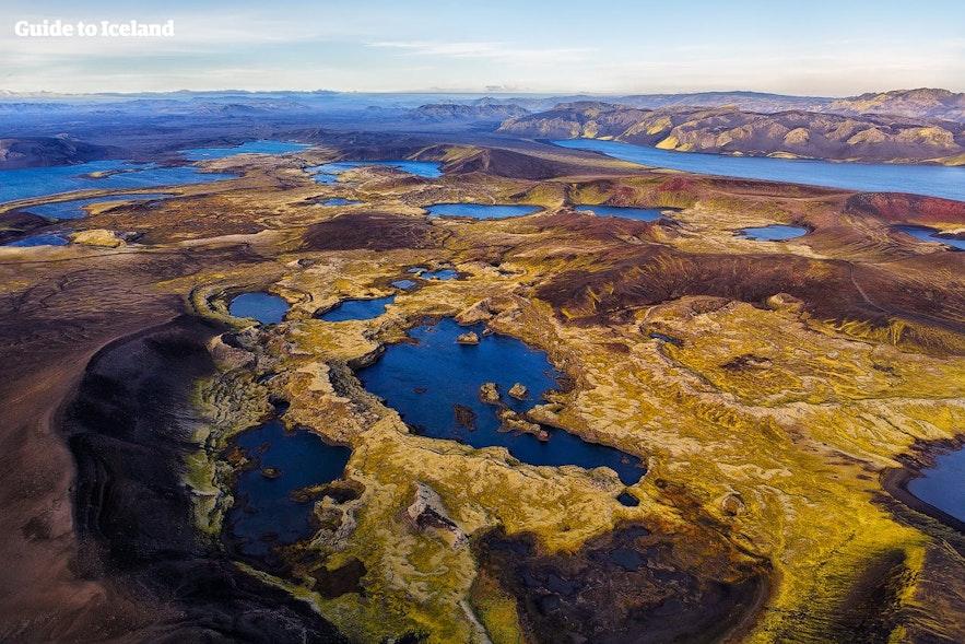 Vliegen boven Veiðivötn in de IJslandse hooglanden