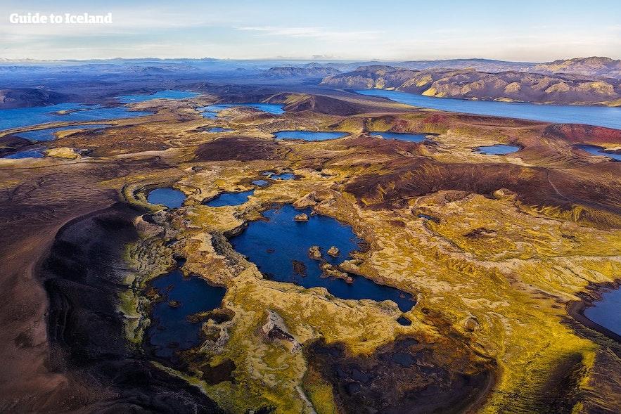 Survolez Veiðivötn dans les hautes terres islandaises