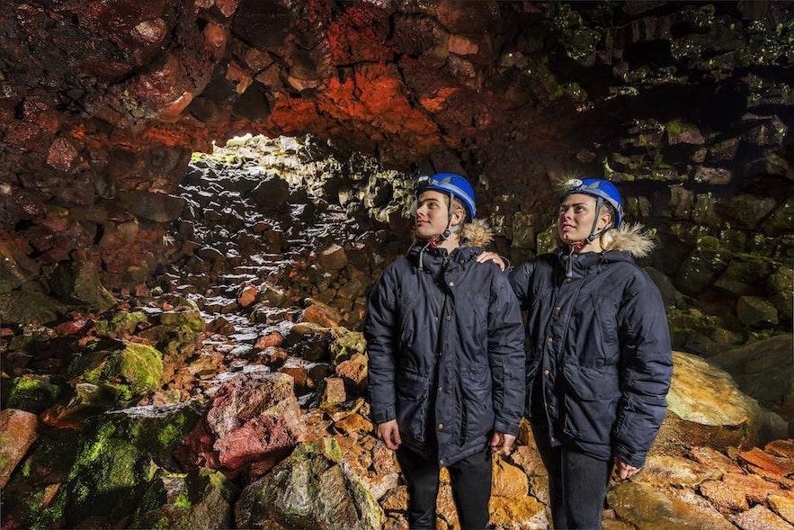 Исследование подземного мира лавовой пещеры в Исландии