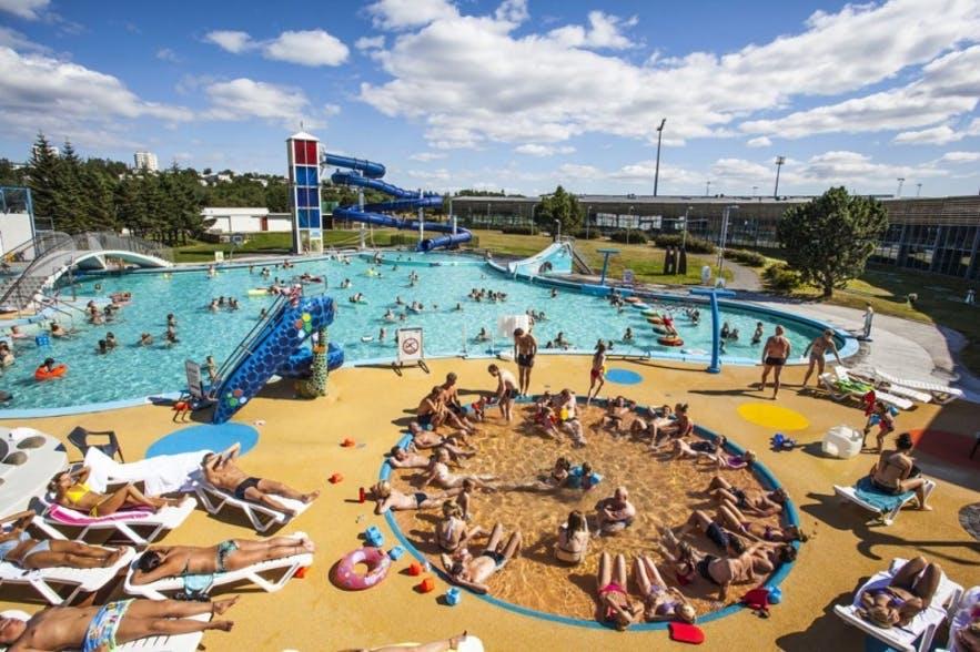 วันแดดจ้าที่สระว่ายน้ำพลังงานความร้อนใต้พิภพที่เลยการ์ดาลสเลย
