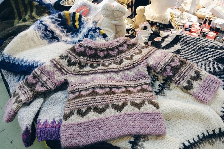 Met de hand gebreide IJslandse wollen pullovers op de Kolaportið-vlooienmarkt