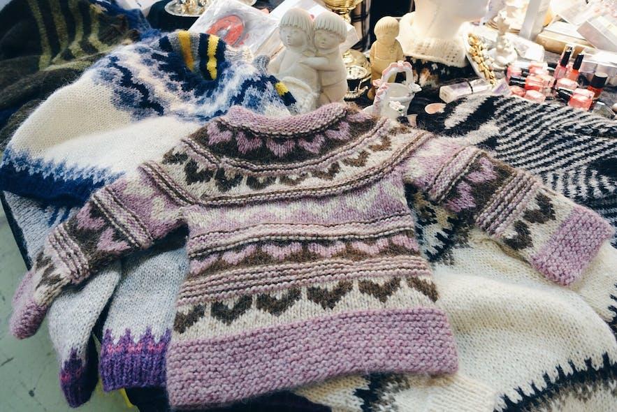 Handgestrickte isländische Wollpullover auf dem Kolaportið-Flohmarkt