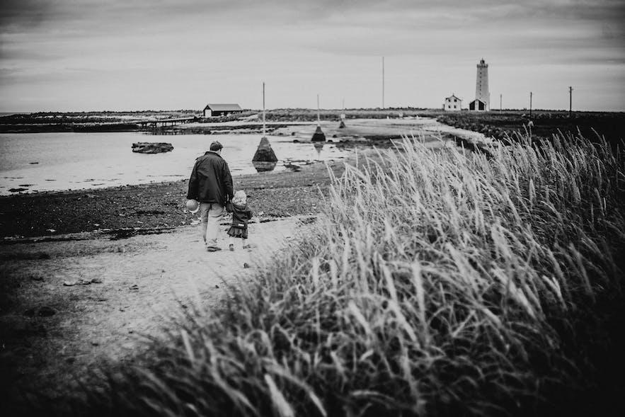 Spacer z dzieckiem do latarni morskiej na Islandii.