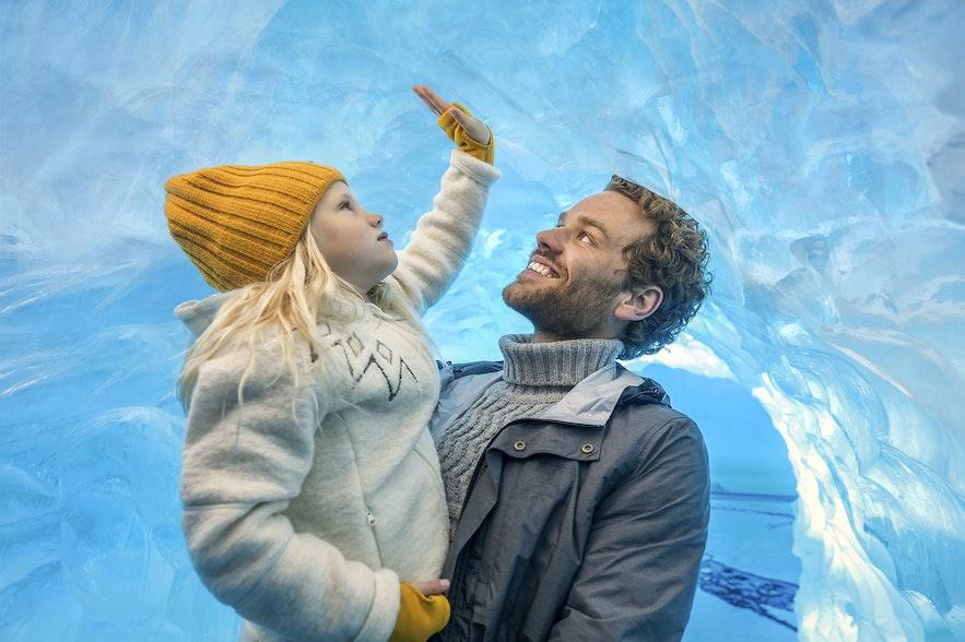 Hvis barnet ditt ikke er gammelt nok til en tur til en isbre, er utstillingen i Perlan nesten like bra!